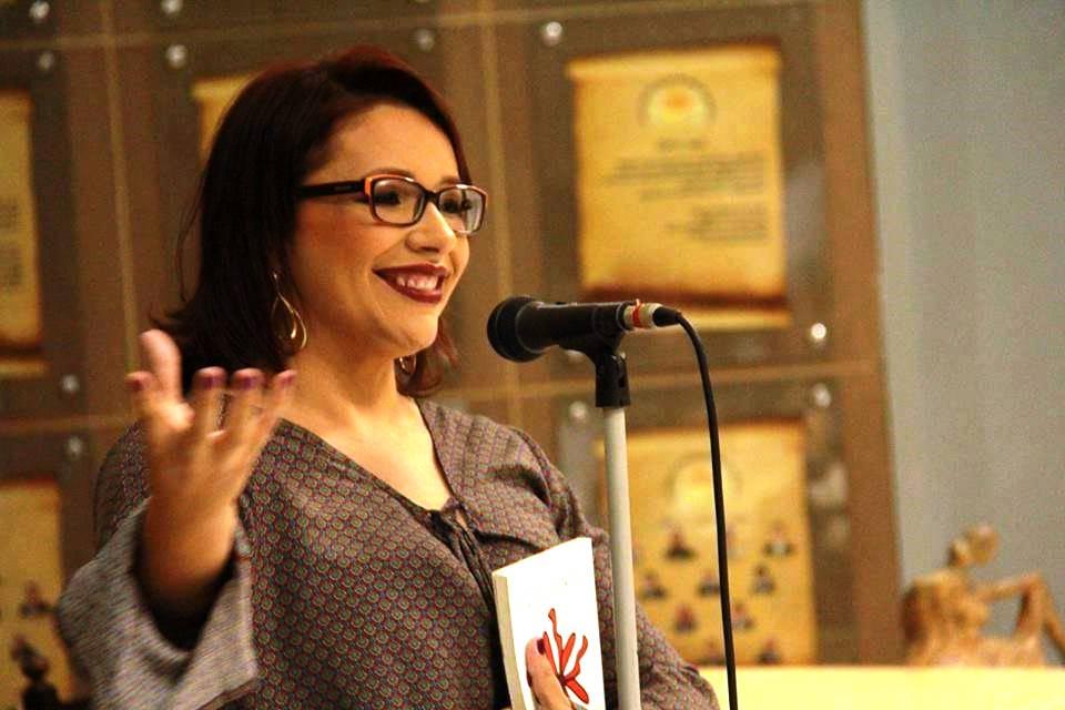 Iara Carvalho, espalhando versos pela janela do Seridó