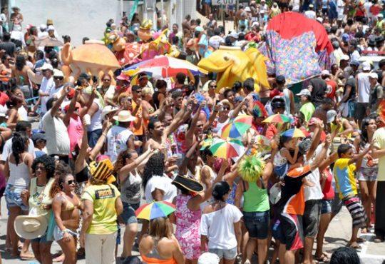 Bloco resgata costumes carnavalescos com banho de cheiro e concurso de fantasia