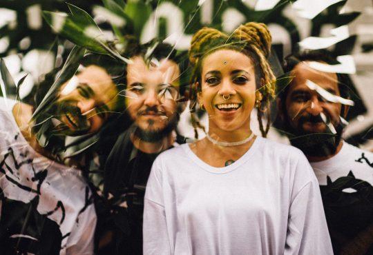 Lançamento do segundo álbum de Luísa e os Alquimistas acontece nesta sexta