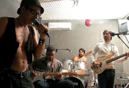 Banda Alfândega leva 30 anos de rock de volta aos palcos nesta sexta