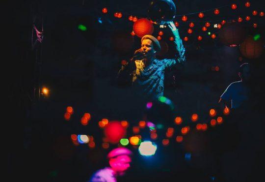 Baile da Luz Vermelha agita Natal nesta quinta com Skarimbó e MC Ririca