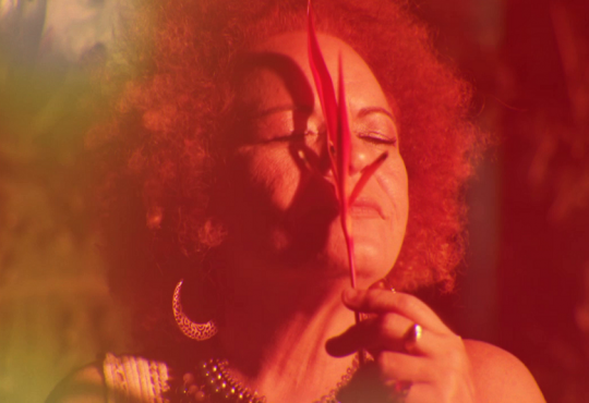 Ouça 'Batendo Amores', novo single de Tiquinha Rodrigues lançado nesta terça